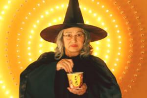 「カレーメシ」のCMに「ねるねるねるね」の魔女がいると話題 担当者に直撃「あれは本物ですか?」