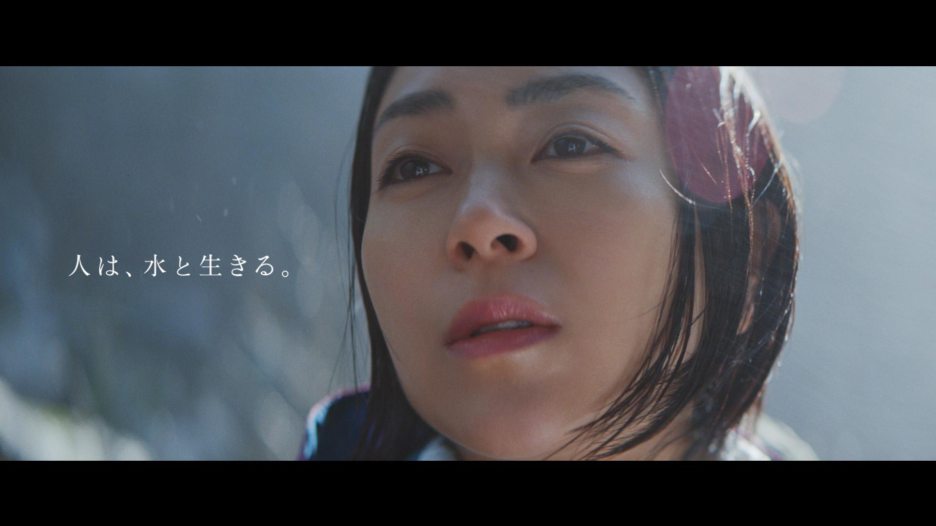 宇多田ヒカル、滝壺でハードな撮影に挑戦!「サントリー天然水」新TVCM