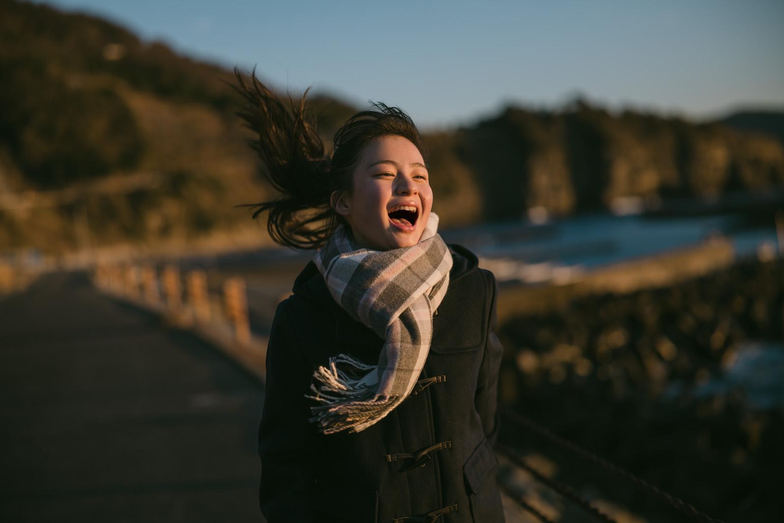 期待の新人女優・三浦理奈、河野英喜氏の写真展「飴色の夕景」モデルに抜擢