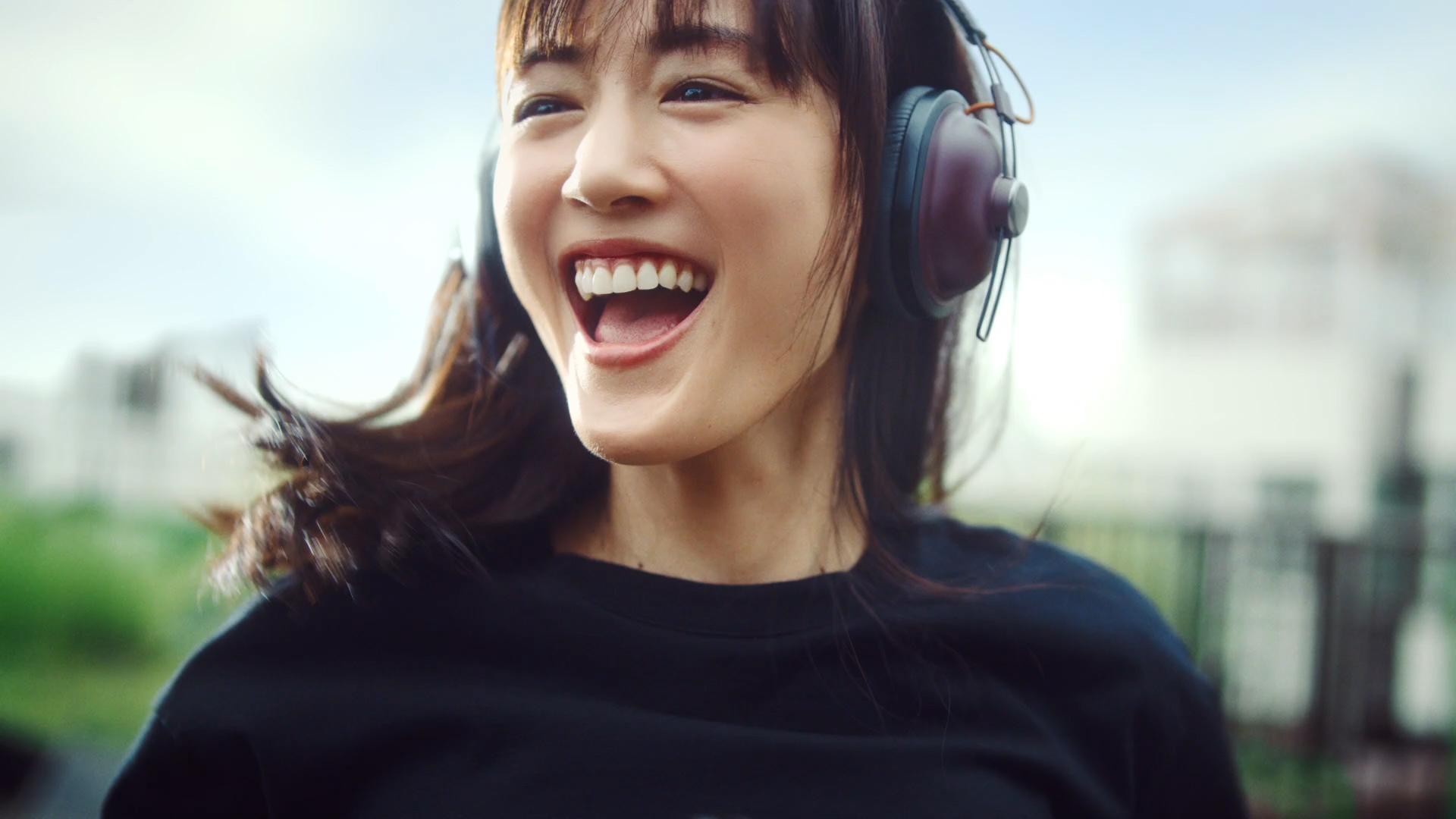 ヘッドフォン姿の綾瀬はるかさんが『コカ・コーラ ゼロ 新しい時代』を踊りながら元気にPR!