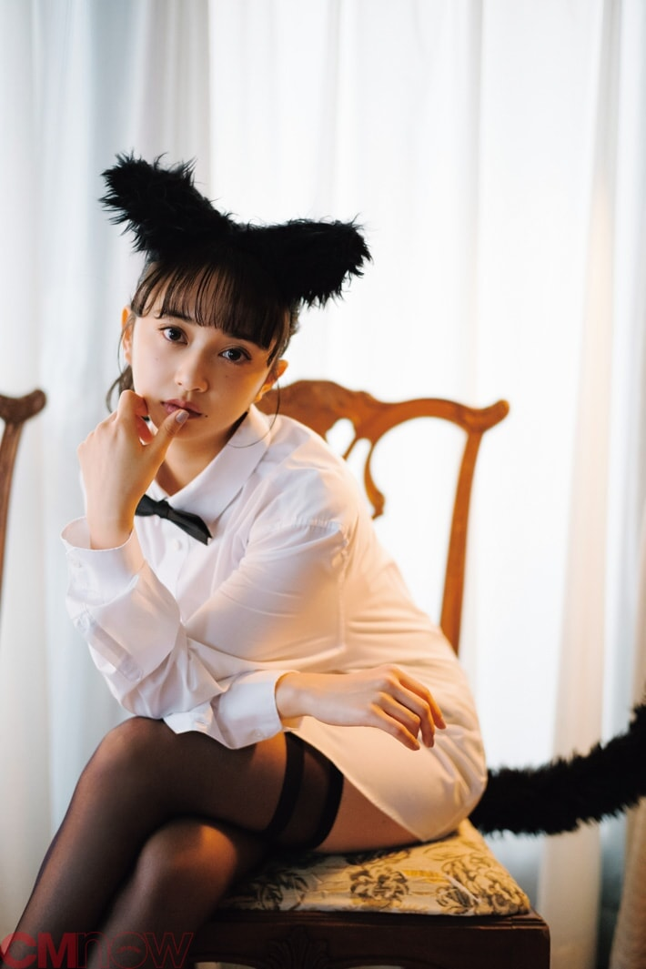 """小宮有紗、CMNOWvol.209の""""文学的""""猫姿が美しい…!<書店特典あり>"""
